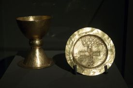 800px-chalice_and_paten_from_tyniec2c_10502c_exh-_benedictines_ng_prague2c_150645